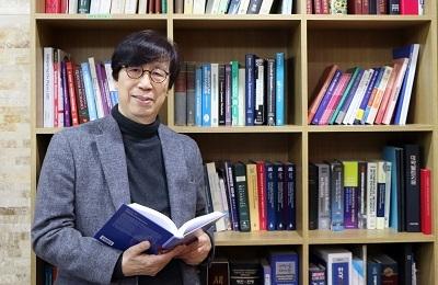 """물리 성우경 명예교수, 세계 최초 대학원 교과서 출간…Springer에서 """"생명현상의 통계물리학"""""""